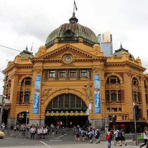 australia_melbourne_flinderstreetstation_web